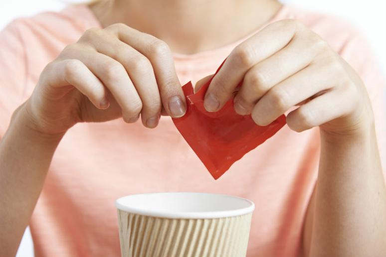 Consuming food and drinks with artificial sweeteners