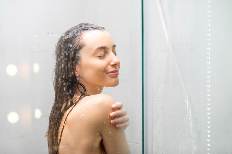 Sexiest lady model in the shower naked kissing — photo 15