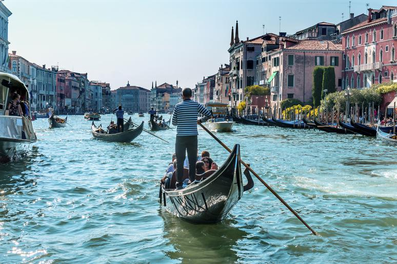 Hire a gondola in Venice