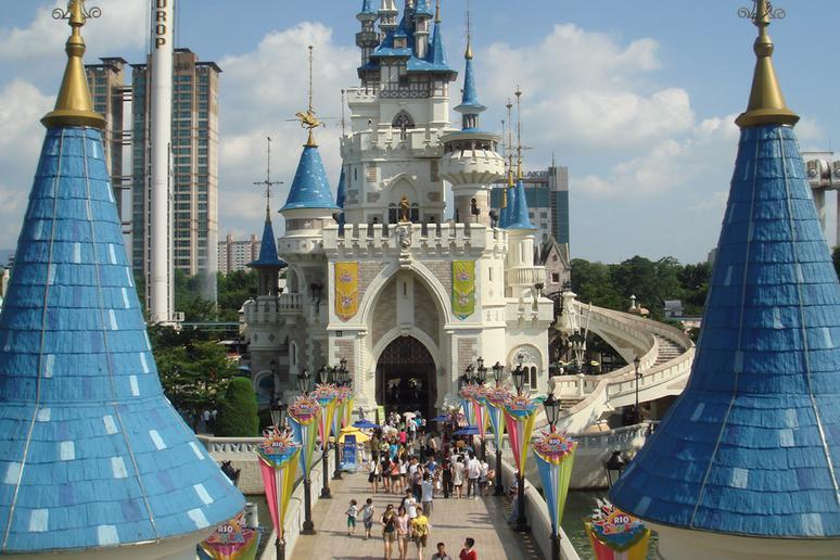 Find happiness at Lotte World in Seoul