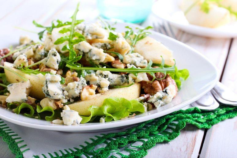 Pear, Spinach, and Blue Cheese Salad